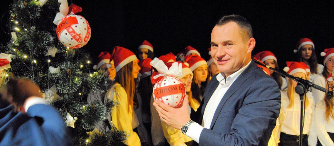 Pierwszy w tym roku koncert kolęd we Włoszczowie. Burmistrz ubrał z dziećmi choinkę w życzenia dla miasta, gminy i świata
