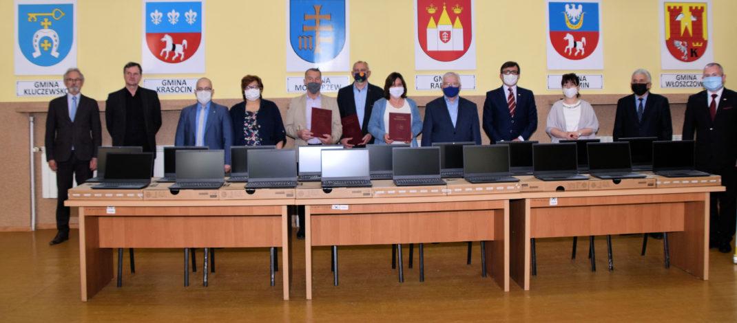 Przekazanie laptopów do zdlanego nauczania w starostwie we Włoszczowie