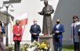 Uczczenie 100. rocznicy urodzin Jana Pawła II przy pomniku we Włoszczowie