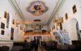 Kościół parafialny w Chlewicach po wielkim malowaniu. Niewielka świątynia wygląda jak pałac